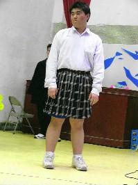 學生姊的蜓_暖暖高中英语话剧社学生沈冠廷,向学姊借来裙子,男扮女装演出搞笑公主